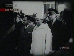 A marokkói szultánt ünneplő tömeg fogadja otthon, 1956-ban